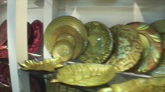 ms display cabinets with ornate crockery, guangzhou, china - skåp med glasdörrar bildbanksvideor och videomaterial från bakom kulisserna