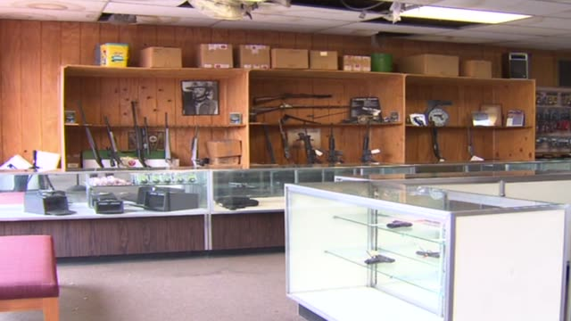 display cases in gun shop on october 09 2012 in chicago illinois - 陳列ケース点の映像素材/bロール