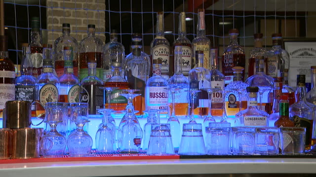 vídeos y material grabado en eventos de stock de display of bottles and glasses at a bar in louisville, kentucky. - healthcare and medicine or illness or food and drink or fitness or exercise or wellbeing