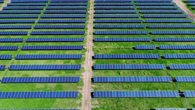 Anzeigen das Massive Solarkraftwerk in Zentral-Texas aus nach unten, oben rechts in der Mitte einer Reihe schwenken