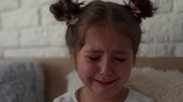 stockvideo's en b-roll-footage met ontevreden kind huilen grote tranen thuis - huilen gezichtsuitdrukking