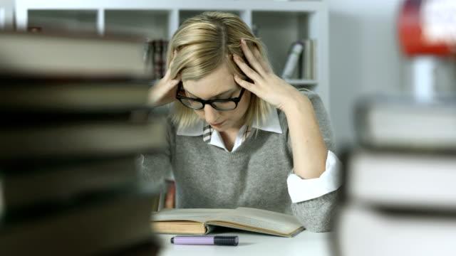 HD DOLLY: Verärgert Studentin Studium