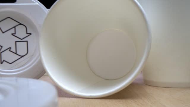 使い捨てコーヒーカップ。プラスチックキャップ付きブランク紙マグカップの列 - ポリスチレン点の映像素材/bロール