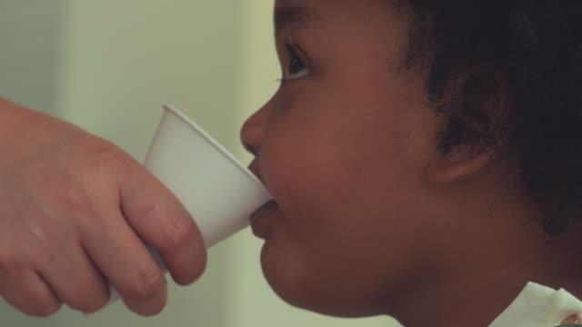 einweg-cup, recycling - armut stock-videos und b-roll-filmmaterial