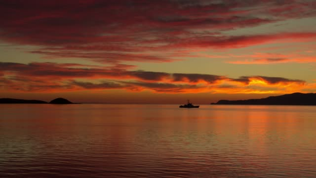 distant boat in rippling water at sunrise at gulf of cortez / bahia san luis gonzaga, baja california norte, mexico - baja california norte stock videos & royalty-free footage