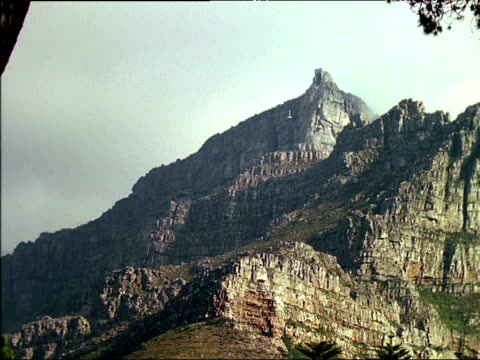 distant cable car descending table mountain, south africa - penisola video stock e b–roll