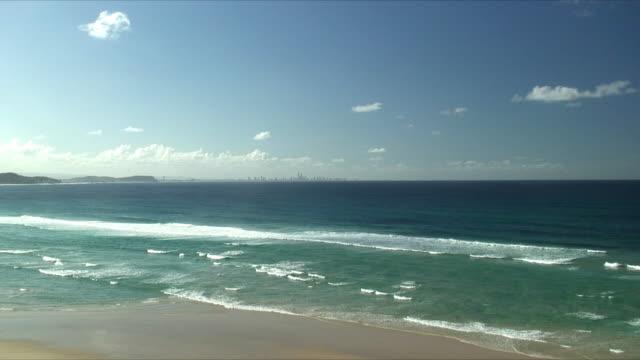 vídeos y material grabado en eventos de stock de ws zo ha distant city skyline, surfers paradise, queensland, australia - gold coast