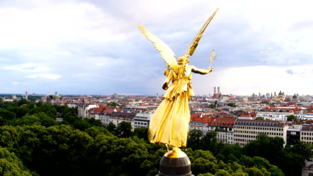 vidéos et rushes de distant flight around behind the friedensengel - column