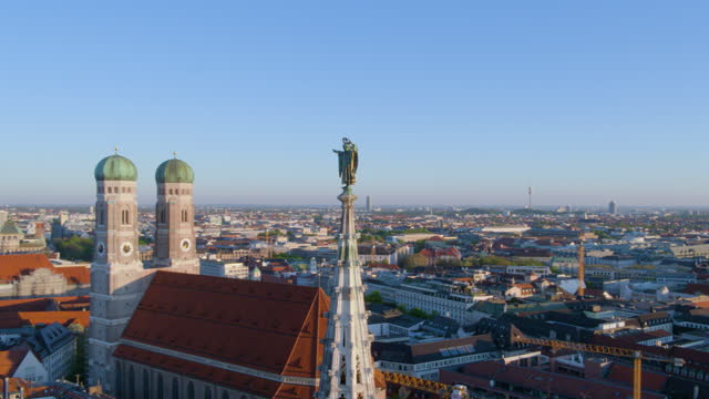 distant flight around muenchner kindl - rathaus stock videos & royalty-free footage