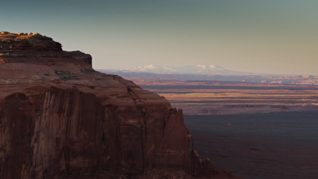 vídeos de stock e filmes b-roll de distant mountains across the desert in monument valley - cultura navajo