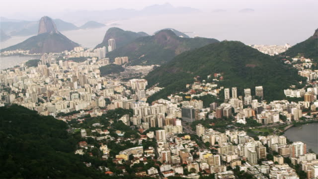 vidéos et rushes de distant tracking shot of corcovado mountain and sugarloaf mountain - corcovado