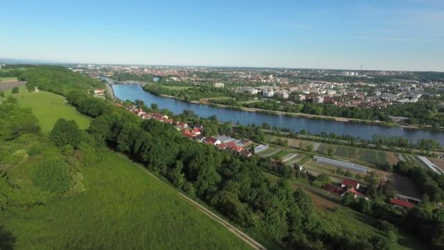 vídeos de stock, filmes e b-roll de aérea vista distante de regensburg, na baviera (4 km/uhd) - ponto de vista de câmera