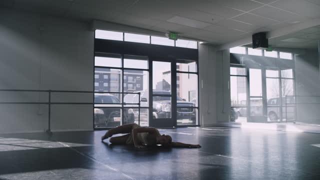 vídeos y material grabado en eventos de stock de distant woman practicing contemporary dancing in dance studio / lehi, utah, united states - lehi