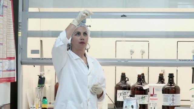 Distantes en el terreno politico pero unidos en la investigacion cientifica la primera empresa mixta en biotecnologia entre Cuba y Estados Unidos...
