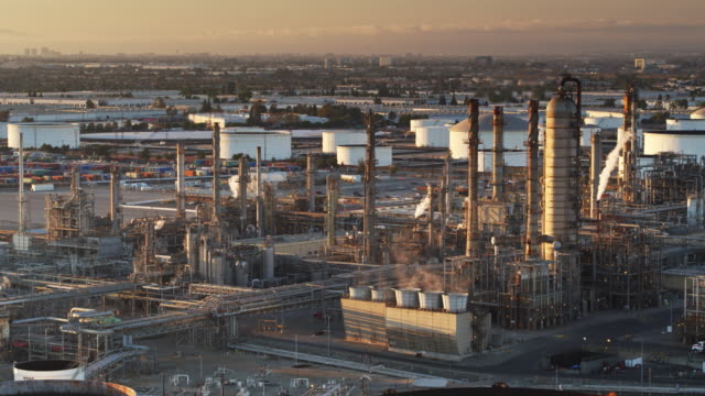vídeos de stock e filmes b-roll de distillation towers and chimneys at oil refinery - drone shot - wilmington cidade de los angeles