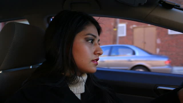 vídeos de stock, filmes e b-roll de distraídos de carro - motorista ocupação