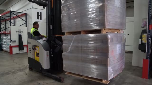 vídeos de stock e filmes b-roll de distribution center on the o'ahu island of hawaii is stored with pallets of supplies such as food and water in preparation for the iminent arrival of... - planeamento civil de emergência