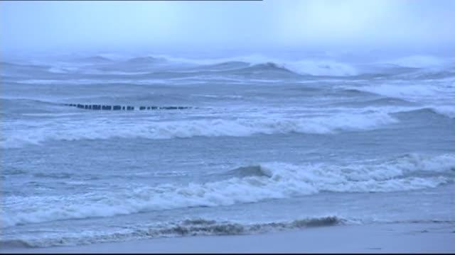 vídeos de stock, filmes e b-roll de disturbed sea - quebra mar
