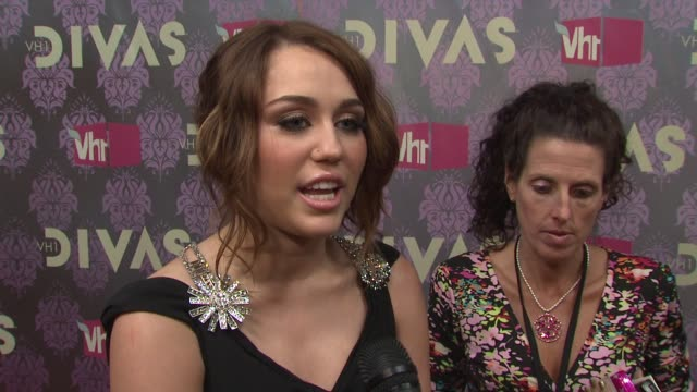 stockvideo's en b-roll-footage met divas red carpet new york ny 09/17/09 - vh1
