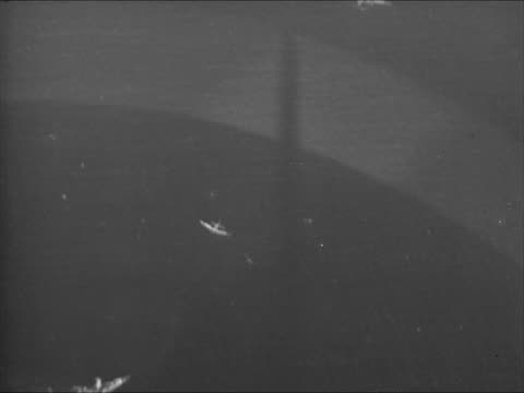 vidéos et rushes de aerial dive bomber airplane dscending toward ocean water bomber diving toward ship below pulling up - 1941