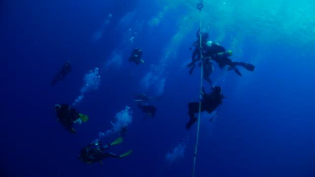 stockvideo's en b-roll-footage met duikers bij deco halte na duiken - scheepswrak