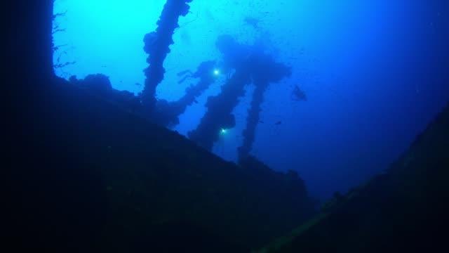 divers on mast of nippo maru, underwater wrecks, truk lagoon, chuuk micronesia - deep stock videos & royalty-free footage