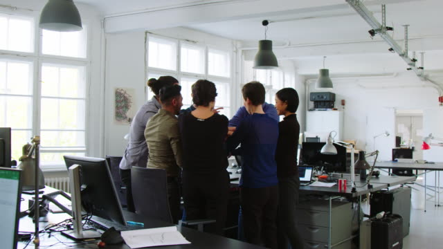 vielfältiges business-team mit einem erfolgreichen meeting - coworker stock-videos und b-roll-filmmaterial