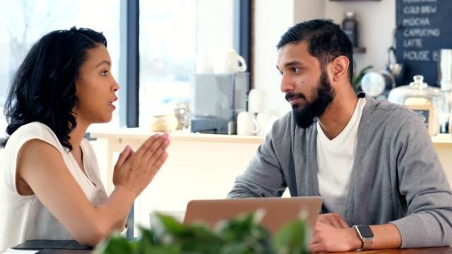 vídeos de stock, filmes e b-roll de diversos empresários tem uma conversa séria - male friendship