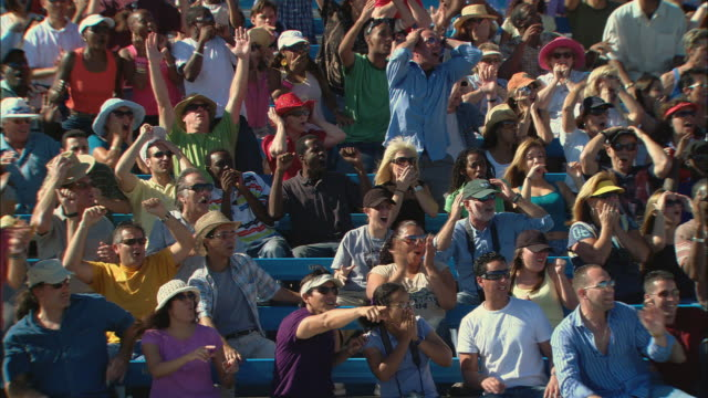 vídeos de stock, filmes e b-roll de ha ws diverse crowd cheering, then stops abruptly and watches with surprise in bleachers / homestead, fl, usa - choque