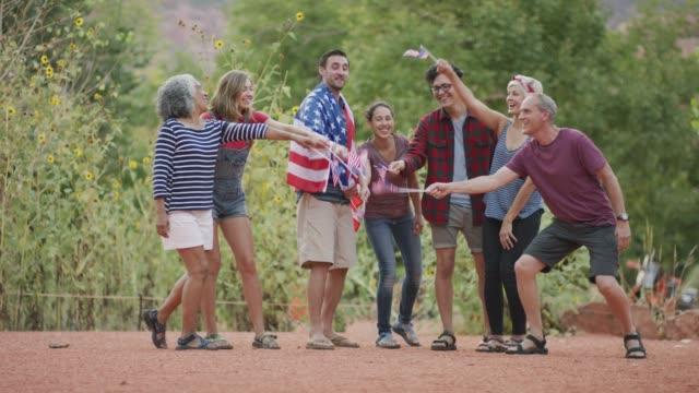 vídeos y material grabado en eventos de stock de grupo diverso celebrando el 4 de julio en américa - cuatro de julio