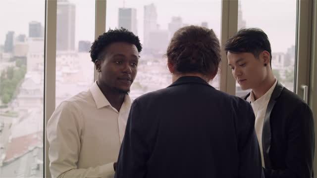 vidéos et rushes de groupe diversifié d'hommes d'affaires ayant une réunion dans le bureau - multi ethnic group