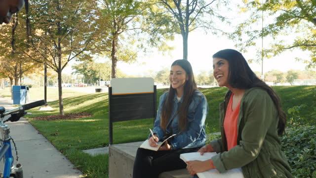 vídeos de stock, filmes e b-roll de diversos grupos de estudantes universitários no campus - universidade comunitária