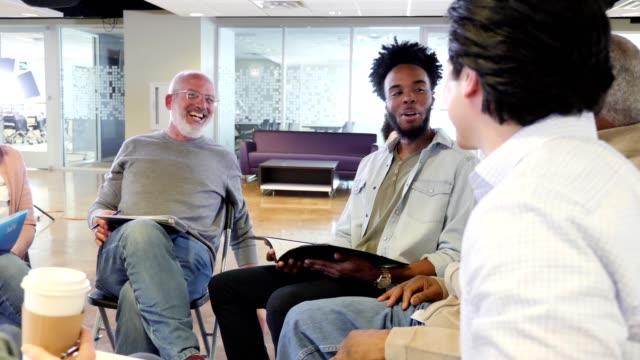 vídeos de stock, filmes e b-roll de o grupo de pessoas diverso participa no grupo da comunidade - conselho