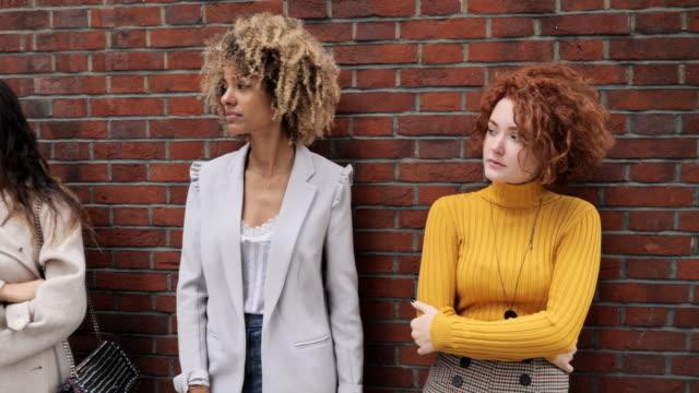 vídeos de stock, filmes e b-roll de diversos amigos millennials juntos ao ar livre - aço