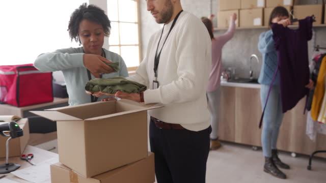 olika personer packning kunder order i kartong för drop frakt - skicka aktivitet bildbanksvideor och videomaterial från bakom kulisserna