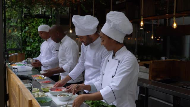vielfältiges set-team koch, köche und küchenchef bereitet brunch in einem restaurant zu - gourmet küche stock-videos und b-roll-filmmaterial