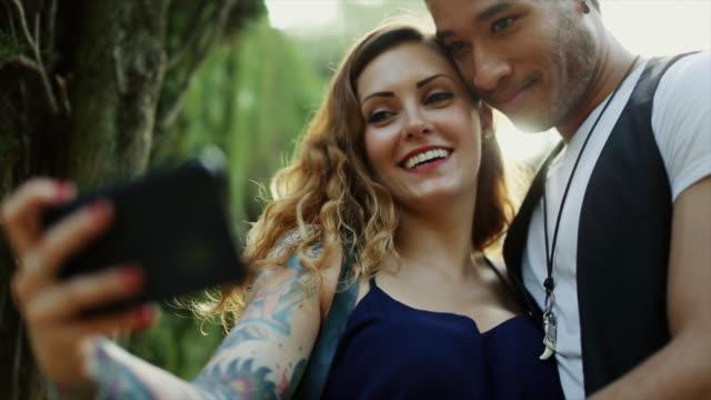 vidéos et rushes de diversité: couple élégant multiethnique - tatouage