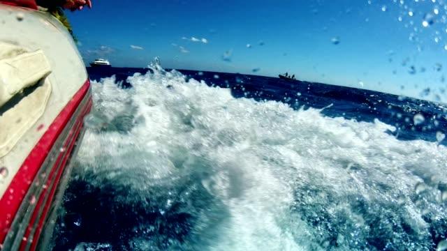 vídeos de stock, filmes e b-roll de mergulhando no mar profundo. salto de um barco - deep sea diving