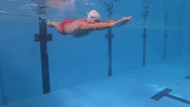 vídeos y material grabado en eventos de stock de buceo en la piscina - gorro de baño