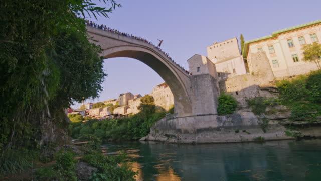 モスタルの橋から飛び降りるlaダイビング - ボスニア・ヘルツェゴビナ点の映像素材/bロール