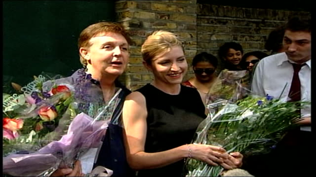 vidéos et rushes de heather mills hires former solicitor of princess diana england london st john's wood ext sir paul mccartney and fiancee heather mills pose for... - arrêt sur image