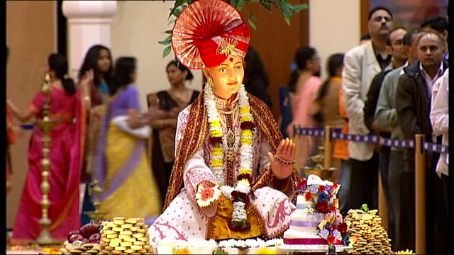 stockvideo's en b-roll-footage met diwali celebrations in neasden temple **music worshippers singing and seated during diwali service/ worshippers file past statues/ food display/... - gelovige