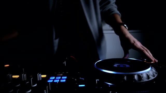 vidéos et rushes de dj à la fête. gros plan - mélanger