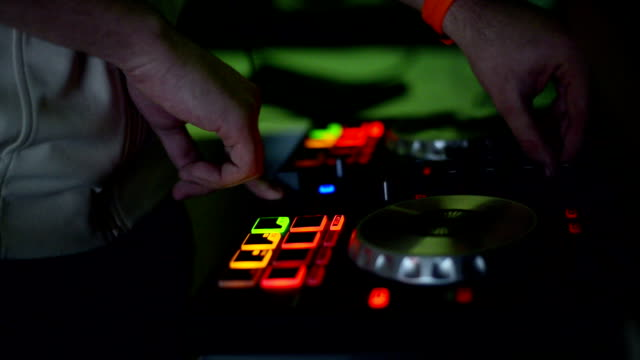 stockvideo's en b-roll-footage met dj mixer. close-up - club dj