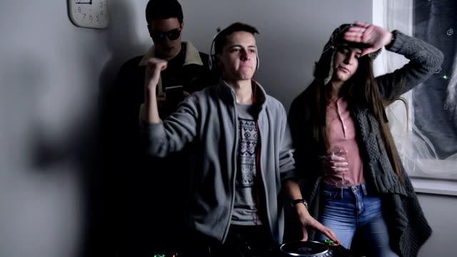 vídeos de stock, filmes e b-roll de dj de festa - três pessoas