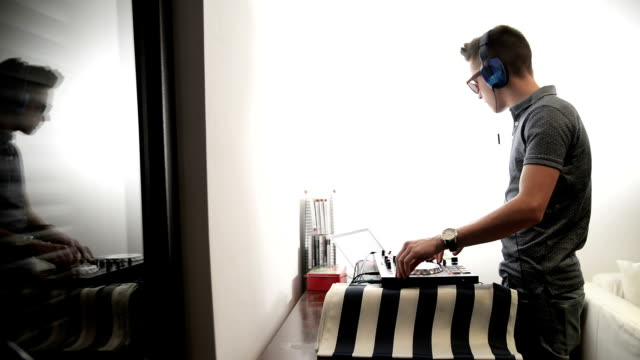 dj suona musica - compositore video stock e b–roll