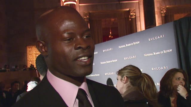 vídeos de stock, filmes e b-roll de djimon hounsou on being recognized for his work, enacting social change through his art, and using movies as a learning device in a world where... - decretar