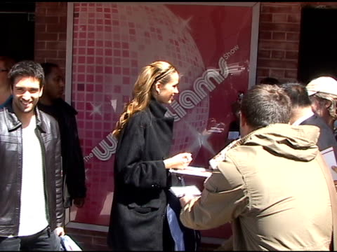 vídeos y material grabado en eventos de stock de dmitry chaplin and petra nemcova sign autographs for fans before departing the 'wendy williams show' in new york 04/21/11 - autografiar