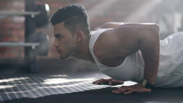 vídeos de stock e filmes b-roll de do it for your health and watch your body prosper - flexionar los músculos
