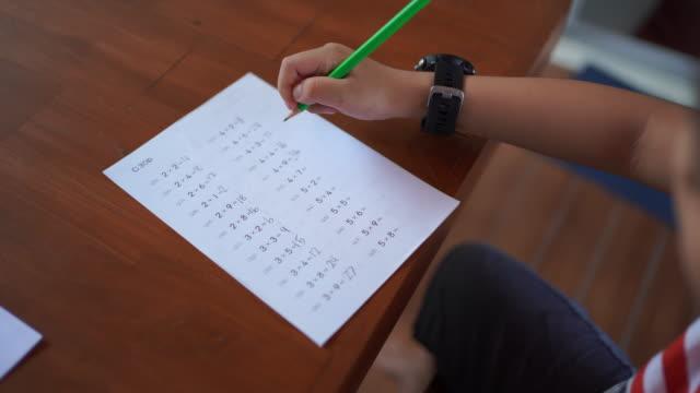 vidéos et rushes de faire des devoirs de maths - carnet